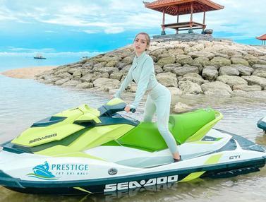 Gaya Jessica Iskandar saat Naik Jetski, Curi Perhatian