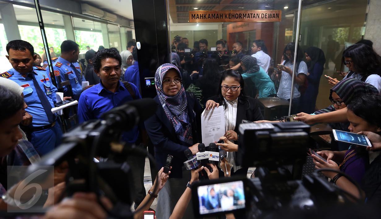Lingkaran Aku Cinta Indonesia (LACI) menunjukkan surat pelaporan Wakil Ketua DPR Fahri Hamzah di Mahkamah Kehormatan Dewan (MKD), Jakarta, Senin (30/1). Fahri dilaporkan lantaran menyebut TKI sebagai babu dalam akun Twitternya. (Liputan6.com/Johan Tallo)