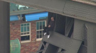 Seorang pria tampak duduk santai di jembatan Sydney Harbour, Australia, (17/6). Pria berumur 41 tahun tersebut sempat mengehebohkan petugas karena aksinya menaiki jembatan Sydney Harbour tersebut. (SEVEN NETWORK/via REUTERS TV)