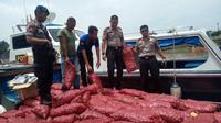 Polisi sita bawang merah ilegal dari Malaysia (Liputan6.com / M.Syukur)