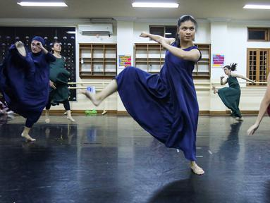 Pebalet sedang latihan jelang pementasan Namarina Youth Dance (NYD) di Studio Namarina, Jakarta, Kamis (25/7/2019). NYD akan menggelar pementasan bertajuk SoulSphere of Jakarta. (Liputan6.com/Fery Pradolo)