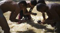 Warga Venezuela memulung di Sungai (AP)