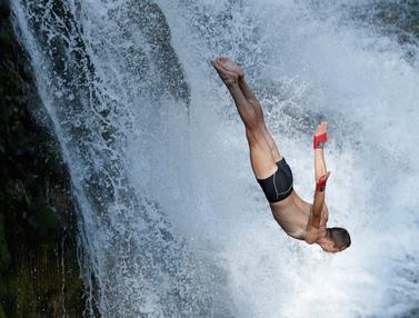 Adu Nyali dan Gaya dalam Lomba Lompat Air Terjun Internasional