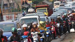 Sejumlah kendaraan mengarah Jakarta di Jalur Pantura Cikampek terjebak macet di jalan Jendral Sudirman,Cikampek,  Jawa Barat, Sabtu (7/1). (Liputan6.com/Helmi Afandi)
