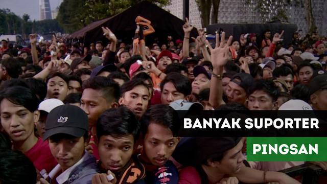 Suporter Persija, Jakmania terlihat banyak yang mengalami pingsan karena memadati area Stadion Utama Gelora Bung Karno.