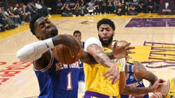Pebasket Los Angeles Lakers, Anthony Davis, berebut bola dengan pemain New York Knicks, Bobby Portis, pada laga NBA di Staples Center, Rabu (8/1/2020). LA Lakers  menang 117-87 atas Knicks. (AP/Mark J. Terrill)