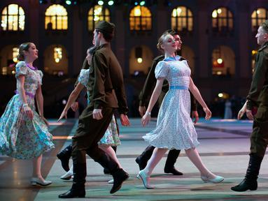 Siswa sekolah militer menari selama pesta tahunan Cadet Ball di Moskow, Rusia, Selasa (17/12/2019). Pesta tahunan tersebut diikuti sekitar 1.500 kadet dari seluruh Rusia. (AP Photo/Alexander Zemlianichenko)