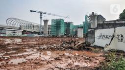 Pekerja beraktivitas menyelesaikan proyek pembangunan Kereta Cepat Jakarta-Bandung (KCJB) di kawasan Halim, Makasar, Jakarta, Rabu (2/6/2021). Stasiun Halim akan menjadi stasiun keberangkatan sekaligus kedatangan KCJB dan berakhir di Stasiun Tegalluar Bandung. (merdeka.com/Iqbal S Nugroho)