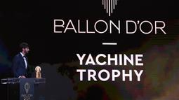 Kiper Liverpool Alisson Becker memberi sambutan saat meraih piala Yachine Trophy dalam malam penghargaan Ballon d'Or 2019 di Chatelet Theatre, Paris, Prancis, Senin (2/12/2019). Alisson  diakui sebagai kiper pria terbaik di dunia oleh France Football Magazine. (FRANCK FIFE/AFP)