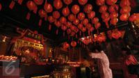 Umat Tionghoa melakukan sembahyang saat Tahun Baru Imlek 2567 di dalam Vihara Dhanagun, Bogor, Senin (8/2/2016). Vihara yang juga disebut sebagai Hok Tek Bio merupakan klenteng tertua yang ada di Kota Bogor, Jawa Barat. (Liputan6.com/Helmi Fithriansyah)