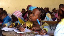 Ekspresi murid saat menghadiri kelas di sekolah dasar di Pikine, Dakar, (30/1). Pendidikan di Senegal menjadi prioritas saat konferensi ketiga tentang pemulihan dana Kemitraan Global untuk Pendidikan (GPE) mulai 1 Februari 2018. (AFP Photo/Seyllou)
