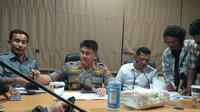 Polisi mencekal salah seorang tersangka kasus dugaan korupsi Madrasah Aliyah Gowa saat hendak kabur ke Jakarta (Liputan6.com/ Eka Hakim)