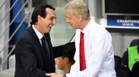 Unai Emery berjabat tangan dengan Arsene Wenger selama pertandingan Grup A Liga Champions UEFA antara PSG dan Arsenal di stadion Parc des Princes di Paris 13 September 2016. Unai resmi menjadi pelatih Arsenal mengantikan Wanger. (AFP Photo/Franck Fife)