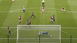 Pemain Arsenal, Mohamed Elneny, mencetak gol ke gawang Newcastle United pada laga Liga Inggris di Stadion St James' Park, Minggu (2/5/2021). Arsenal menang dengan skor 2-0. (Stu Forster/Pool via AP)