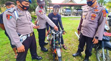 Seorang remaja bersama sepeda motornya diamankan dalam razia aksi balapan liar di Aceh Utara, Minggu pagi (Liputan6.com/Ist)