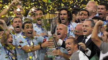 Para pemain Lazio merayakan kemenangan 2-1 atas Inter Milan dalam perebutan Piala Super Italia di Stadion Nasional alias Bird's Nest di Beijing, Cina, 8 Agustus 2009. AFP PHOTO/LIU Jin