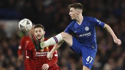 Pemain Chelsea, Billy Gilmour, mengontrol bola saat melawan Liverpool pada laga Piala FA di Stadion Stamford Bridge, Selasa (3/3/2020). Chelsea menang 2-0 atas Liverpool.(AP/Ian Walton)