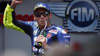 Pebalap Yamaha, Valentino Rossi, melakukan selebrasi saat balapan MotoGP 2018 di Sirkuit Catalunya, Spanyol, Minggu (17/6/2018). Lorenzo menjadi yang tercepat dengan catatan waktu 40 menit 13,566 detik. (AP/Eric Alonso)