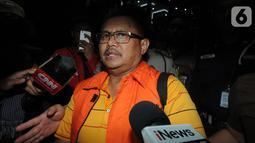 Ekspresi Bupati Indramayu, Supendi saat ditanya sejumlah awak media usai menjalani pemeriksaan 1 x 24 jam pasca terjaring Operasi Tangkap Tangan (OTT) terkait dugaan suap pengaturan proyek dilingkungan Pemkab Indramayu tahun 2019 di Gedung KPK, Jakarta, Rabu (16/10/2019). (merdeka.com/Dwi Narwoko)