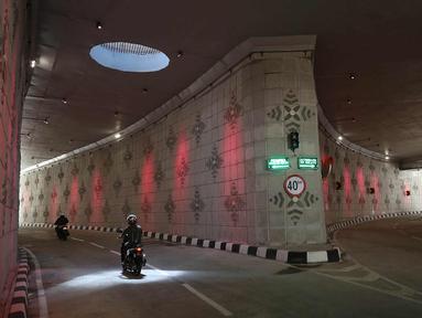Sejumlah kendaraan melintasi underpass Matraman di Jakarta, Senin (10/4). Underpass Matraman merupakan underpass pertama yang bercabang di Jakarta. (Liputan6.com/Immanuel Antonius)