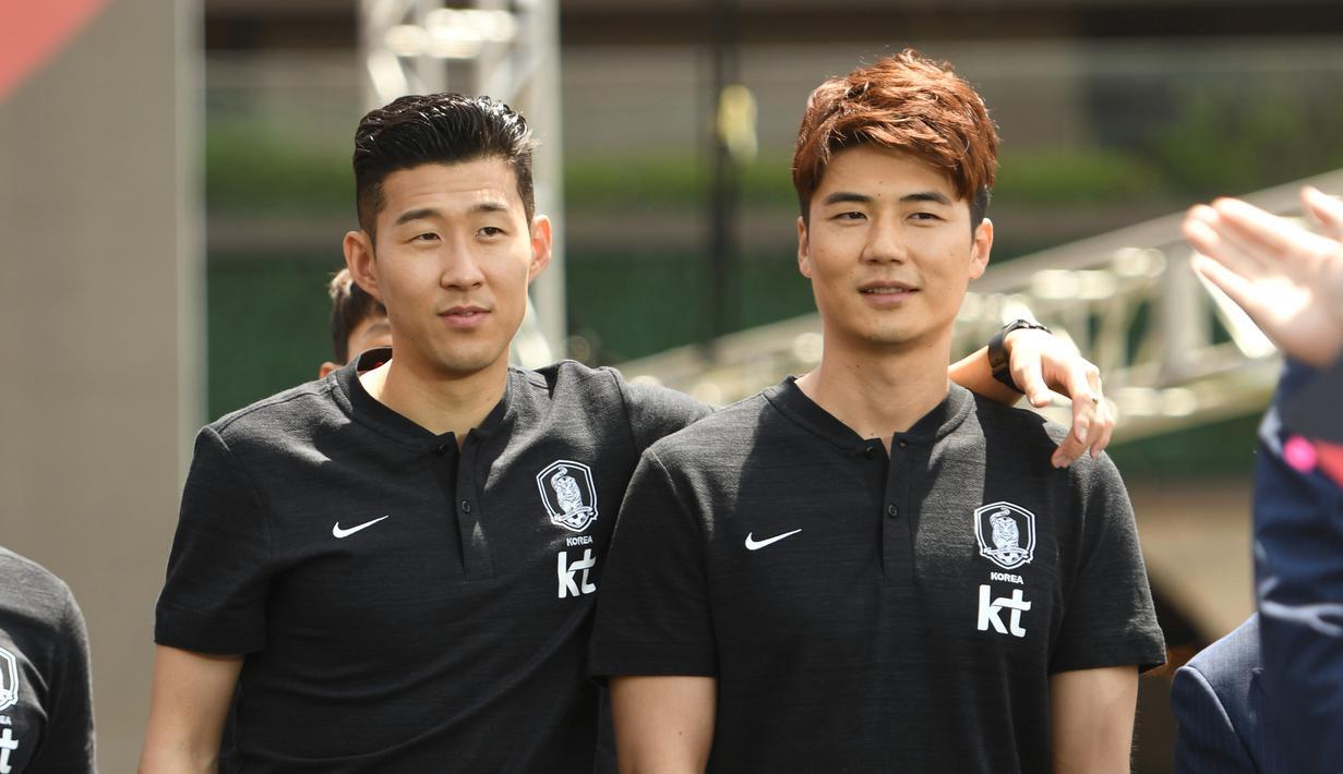 Meski sibuk dengan pekerjaannya sebagai seorang atlet, Son Heung Min nampaknya tak lupa habiskan waktu dengan kawan-kawannya. Senyumnya yang manis tentu bisa bikin hati para wanita jadi berdebar. (Foto: AFP/Jung Yeon-je)