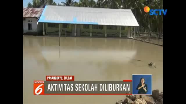 Warga yang rumahnya terendam banjir enggan mengungsi dan memilih tetap bertahan di rumahnya untuk mengamankan harta benda mereka.