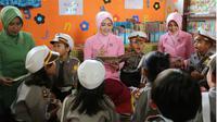 Ny Tika Setiawan Ujung, istri Kapolres Malang beritakan cerita lalu lintas kepada anak usia dini. (FOTO: Istimewa/Times Indonesia)
