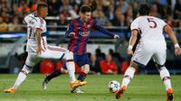 Penyerang Barcelona, Lionel Messi berusaha melewati dua pemain Bayern Muenchen Mehdi Benatia dan Jerome Boateng pada leg pertama babak semifinal Liga Champions di Camp Nou, Kamis (7/5/2015). Barcelona menang 3-0 atas Bayern Muenchen. (Reuters/Albert Gea)