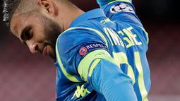 Striker Napoli, Lorenzo Insigne berselebrasi usai mencetak gol ke gawang Liverpool pada grup C Liga Champions di Stadion San Paolo di Napoli, Italia (3/10). Napoli menang tipis 1-0 atas Liverpool berkat gol tunggal Insigne. (AP Photo/Andrew Medichini)