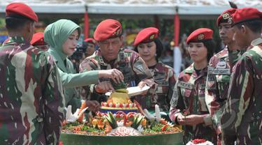 Komandan Jenderal (Danjen) Kopassus Mayjen TNI Doni Monardo memotong tumpeng saat acara syukuran HUT ke-63 Kopassus di Cijantung, Jakarta, Rabu (29/4/2015). Kopassus mengundang pihak-pihak yang pernah berseteru. (Liputan6.com/Herman Zakharia)