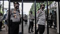 Penjagaan ketat di pintu masuk Pengadilan Negeri Jakarta Timur saat sidang perdana Rizieq Shihab, Jakarta, Selasa (16/3/2021). Meski sidang digelar secara virtual, polisi tetap menjaga ketat PN Jakarta Timur guna mencegah kerumunan massa. (merdeka.com/Iqbal S. Nugroho)