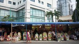 Suasana salah satu pusat penjualan parsel di kawasan Cikini, Jakarta, Rabu (13/5/2020). Selama bulan Ramadan, para pedagang mengaku omzet penjualan parsel turun hingga 90 persen dibandingkan tahun lalu akibat adanya pandemi virus corona COVID-19. (Liputan6.com/Immanuel Antonius)