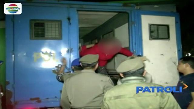 Sejumlah wanita pekerja seks komersial ini lari kocar-kacir saat terjaring razia oleh Satpol PP Jakarta Barat.