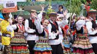 Ribuan orang memadati jalanan Kota Tenggarong untuk menyaksikan Parade Budaya Internasional Erau Adat Kutai dan International Folk Art Festival (EIFAF) 2018.