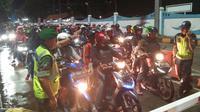 Kemarin Malam, Arus Balik Pelabuhan Merak Ramai Lancar (Liputan6.com/Yandhi Deslasama)