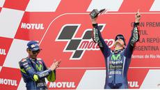 Pembalap Movistar Yamaha Maverick Vinales merayakan kemenangan di atas podium usai menjuarai MotoGP Argentina di Sirkuit Termas de Rio Hondo, Minggu (9/4).Vinales menyelesaikan balapan dengan catatan waktu 41 menit 45,060 detik (AP Photo/Nicolas Aguilera)