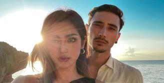 Jessica Iskandar dan Vincent Verhaag kerap membagikan foto kebersamaan mereka saat berkencan di pantai, baik berdua, bersama El Barack, atau teman-temannya (Foto: Instagram @inijedar)