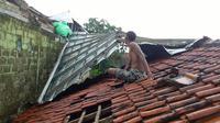 Belasan Rumah di Bogor Rusak Diterjang Puting Beliung, 1 Orang Luka (Liputan6.com/Achmad Sudarno)