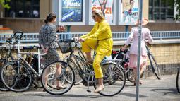 Ratu Belanda Maxima tiba dengan sepeda untuk mengunjungi Museum The Hague di Den Haag pada 2 Juni 2020. Kunjungan Ratu Maxima untuk merayakan pembukaan kembali museum seni tersebut setelah ditutup selama beberapa minggu karena pandemi corona covid-19. (Frank Van BEEK / ANP / AFP)