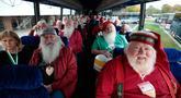 Sejumlah pria yang akan menjadi Santa Claus berada dalam bus saat perjalanan menuju sekolah Santa Claus Charles W. Howard di Midland, Michigan, Jumat (19/10). Sekolah khusus Santa Claus ini didirikan pada tahun 1937. (JEFF KOWALSKY / AFP)