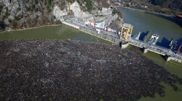 Foto dari udara memperlihatkan hamparan sampah menyumbat Sungai Drina dekat Kota Visegrad, Bosnia, Selasa (5/1/2021). Negara-negara Balkan memiliki pengelolaan limbah yang buruk dan berton-ton sampah secara rutin berakhir di sungai. (AP Photo/Eldar Emric)