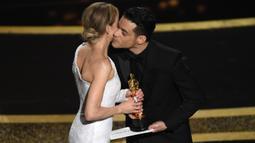 Aktris Renee Zellweger menerima piala Oscar dari Rami Malek selaku presenter di atas panggung ajang Academy Awards ke-92 di Dolby Theatre, Los Angeles, Minggu (9/2/2020). Renee Zellweger berhasil menyabet penghargaan sebagai Aktris Terbaik lewat perannya di film 'Judy'. (AP Photo/Chris Pizzello)