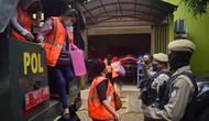 Para pekerja tempat usaha pijat dan spa di Tangerang Selatan yang terbukti melakukan pelanggaran PSBB diamanakan petugas Satpol PP. (Liputan6.com/Pramita Tristiawati)