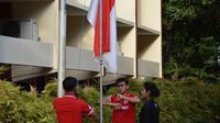 Bek Timnas Indonesia U-19, Firza Andika saat bertugas sebagai pengibar bendera di Yogyakarta pada HUT RI ke-73. (Bola.com/Ronald Seger)