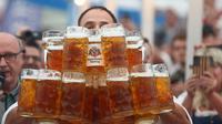 Oliver berhasil memecahkan rekor dunia membawa gelas berisi bir terbanyak di Bavaria, Jerman (MICHAEL DALDER/REUTERS)