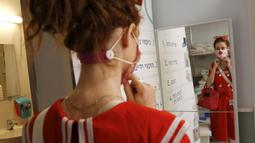 Badut medis bersiap mengunjungi pasien anak-anak di bangsal COVID-19 di Sheba Medical Center, Kota Ramat Gan, Israel, 20 Oktober 2020. Sekitar 100 badut medis dikerahkan pada sekitar 30 rumah sakit untuk menghadirkan keceriaan bagi para pasien di tengah pandemi COVID-19. (Xinhua/Gil Cohen Magen)
