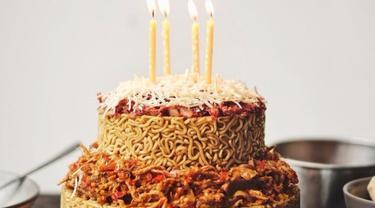 Kue Ulang Tahun dari Mi Goreng Ini Nge-Hits Abis, Minat?