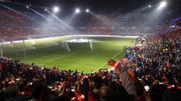 Suasana kemeriahan jelang laga Liga Champions antara Sevilla melawan Liverpool di Stadion Ramon Sanchez Pizjuan, Sevilla, Selasa (21/11/2017). Kedua klub bermain imbang 3-3. (AP/Miguel Morenatti)