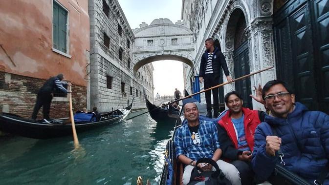 Zakomo, salah seorang pendayung gondola yang beroperasi di Venesia mengantar penumpang berkeliling kanal selama 30 menit (Marco Tampubolon / Liputan6.com)