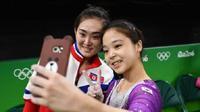 Atlet gimnastik, Hong Un Jong, yang berasal dari Korut dan Lee Eun-Ju, yang berasal dari Korsel (Reuters)